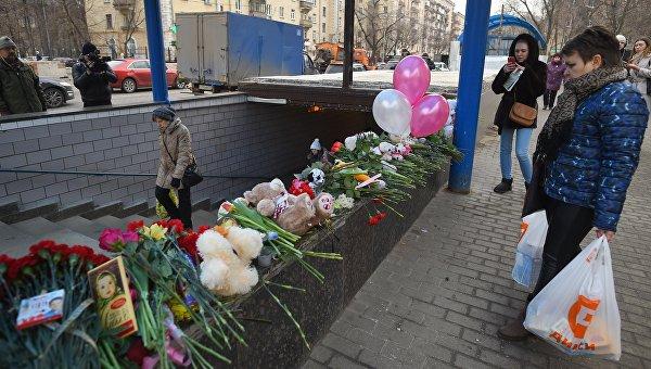 Цветы, свечи и игрушки у метро Октябрьское поле в память о убитой девочке