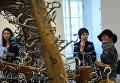 Посетители у работы британского скульптора Тони Крэгга С тех пор на пресс-показе выставки Тони Крэгг. Скульптура и рисунки в Главном Штабе Государственного Эрмитажа