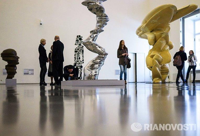 Посетители на пресс-показе выставки Тони Крэгг. Скульптура и рисунки в Главном Штабе Государственного Эрмитажа