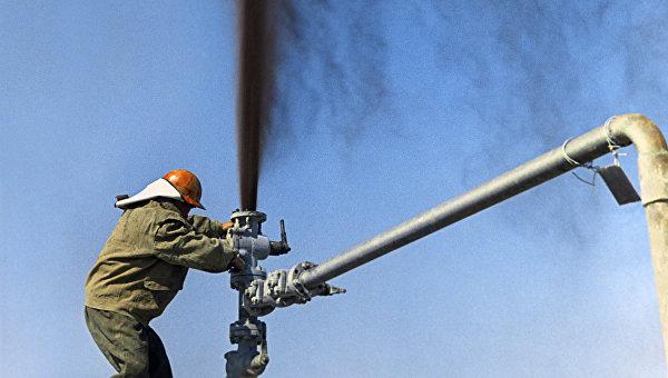 Нефтяники ставят заглушку на нефтяной фонтан. Архивное фото
