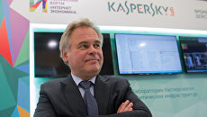 Глава Лаборатории Касперского Евгений Касперский у стенда Лаборатории Касперского