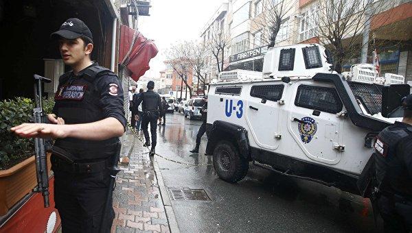 Турецкий спецназ у здания, в котором заблокированы две террористки, напавшие ранее на полицейский участок в Стамбуле. 3 марта 2016