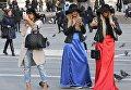 Девушки с мобильными телефонами на площади Дуомо в центре Милана, Италия