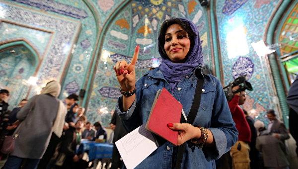 Девушка после голосования на парламентских выборах в Тегеране, Иран. Архивное фото