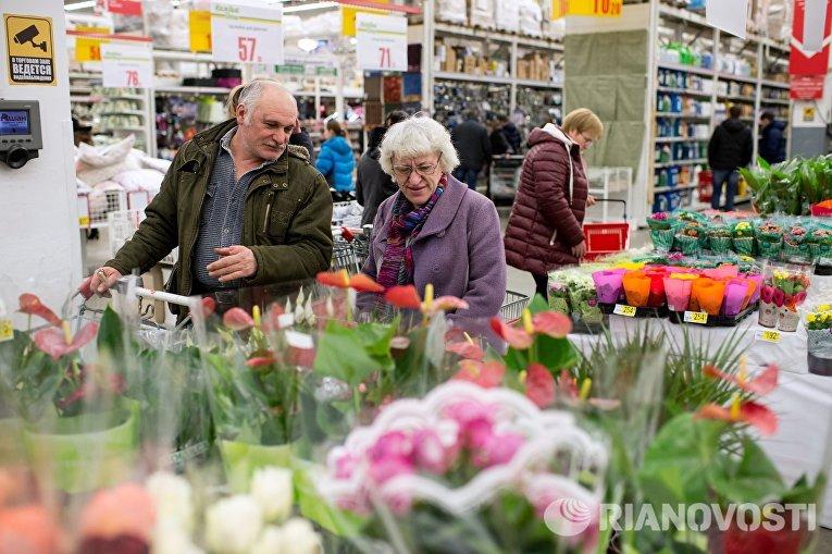 Посетители супермаркета Лента выбирают цветы в преддверии праздника 8 марта в Омске