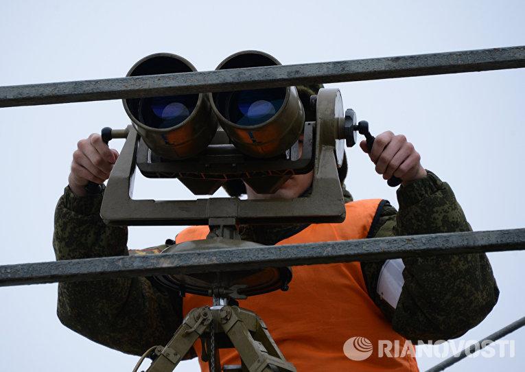 Наблюдатель 17-й отдельной мотострелковой бригады 58-й армии во время соревнований по танковому биатлону