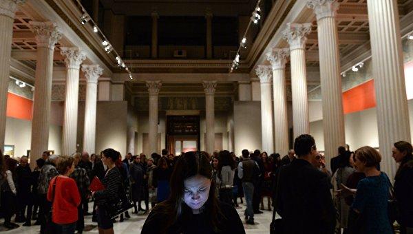 Посетители в Государственном музее изобразительных искусств имени А. С. Пушкина