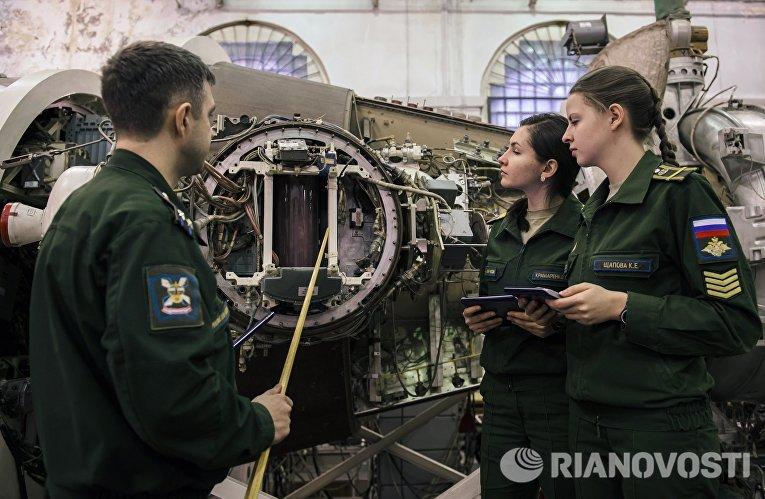 Учебные занятия с девушками-курсантами Военно-космической академии в Санкт-Петербурге