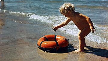 Ребенок на берегу Балтийского моря