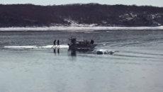 Спасатели на катере забрали с дрейфующей льдины двух любительниц селфи