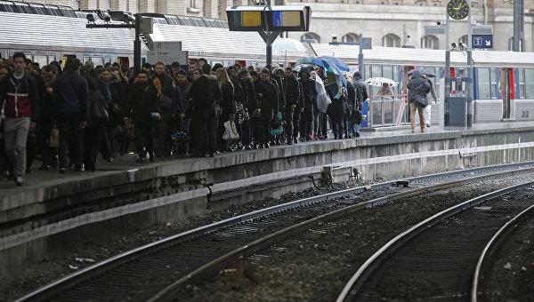 Люди ждут пригородный поезд на железнодорожном вокзале Сент-Лазар в Париже, Франция. 9 марта 2016