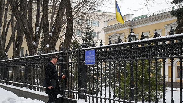 Мужчина у входа в здание посольства Украины в РФ. Архивное фото