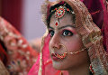 Индийская невеста во время массовой церемонии бракосочетания в старых кварталах Нью-Дели. Март 2016