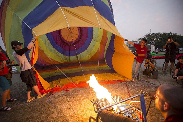 Участники фестиваля воздушных шаров в Путраджайе, Малайзия