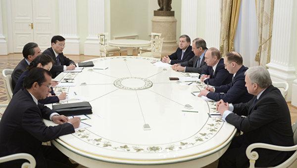 Президент России Владимир Путин (третий справа) и министр иностранных дел Китая Ван И во время встречи в Кремле