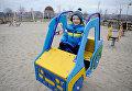 Ребенок на детской площадке в Донецке