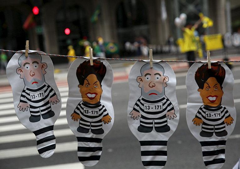 Портреты экс-президента Лулу да Силва и действующей главы государства Дилмы Роуссефф во время демонстрации в городе Сан-Паулу, Бразилия