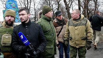 Представители прессы и заместитель командующего корпусом МО ДНР Эдуард Басурин (третий слева) в поселке Зайцево под Горловкой, который был обстрелян украинскими силовиками