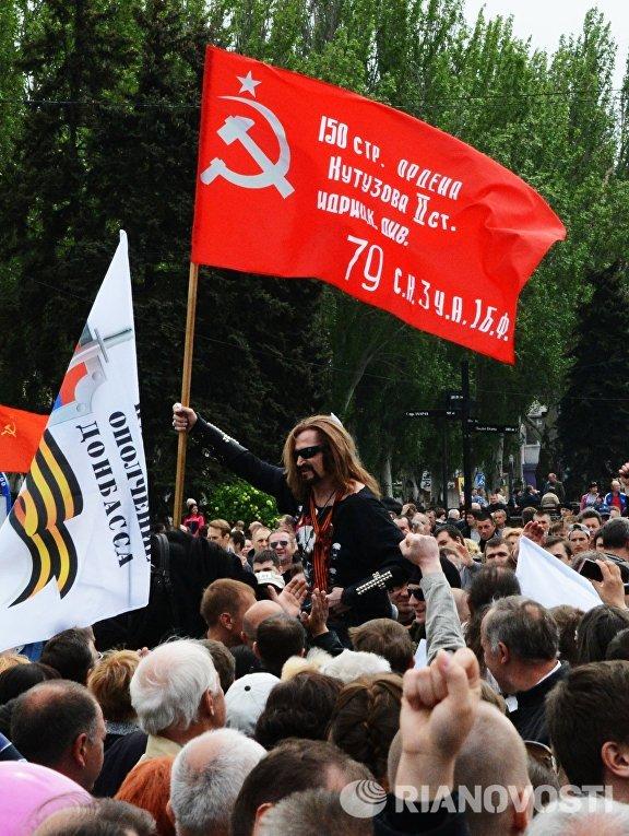 Актер, поэт и певец Никита Джигурда на площади Ленина во время празднования Дня Победы 9 мая в Донецке