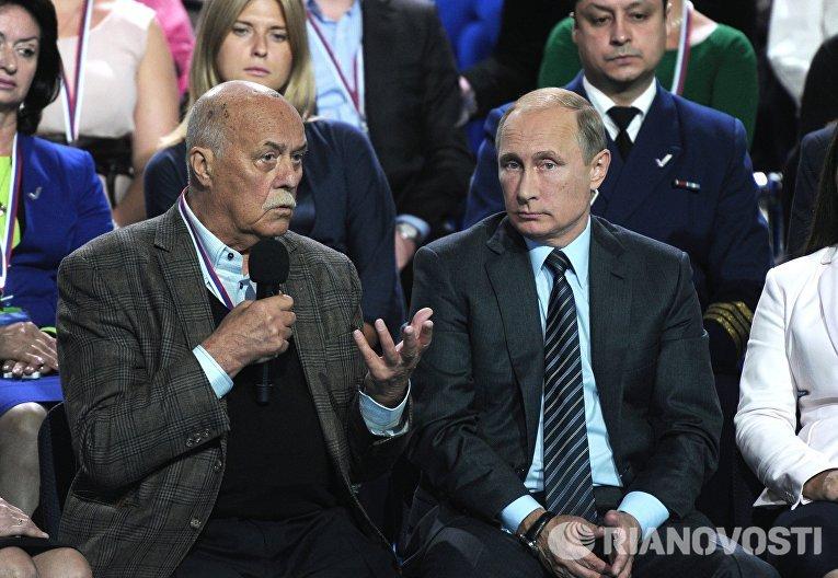 Президент России Владимир Путин и депутат Госдумы РФ Станислав Говорухин на пленарном заседании Форума ОНФ