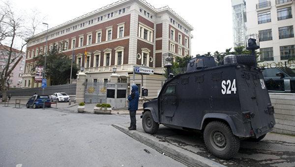 Бронированный полицейский автомобиль у здания немецкого посольства в Стамбуле. Март 2016