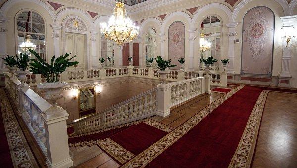 Внутреннее убранство фойе Государственного Академического Большого театра. Архивное фото