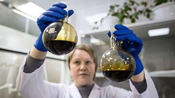 Лаборант отбирает пробы нефти