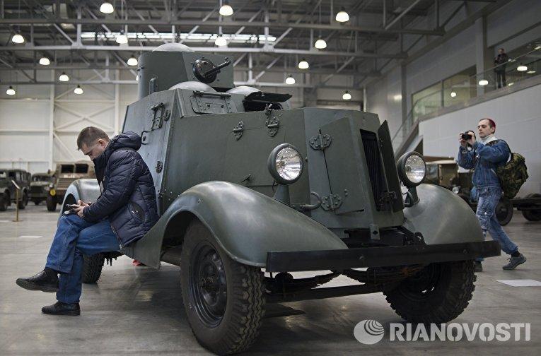 Посетители у лёгкого бронеавтомобиля ФАИ-М на международной выставке исторической военной техники Моторы войны в МВЦ Крокус Экспо в Москве