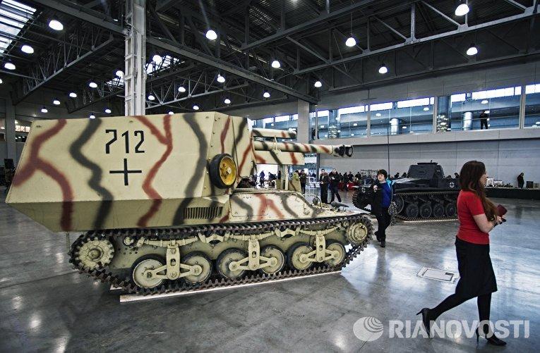Посетители у 105-мм самоходной артиллерийской установки 10,5 см leFH 18-4 auf Geschutzwagen Lr.S образца 1942 года на международной выставке исторической военной техники Моторы войны в МВЦ Крокус Экспо в Москве