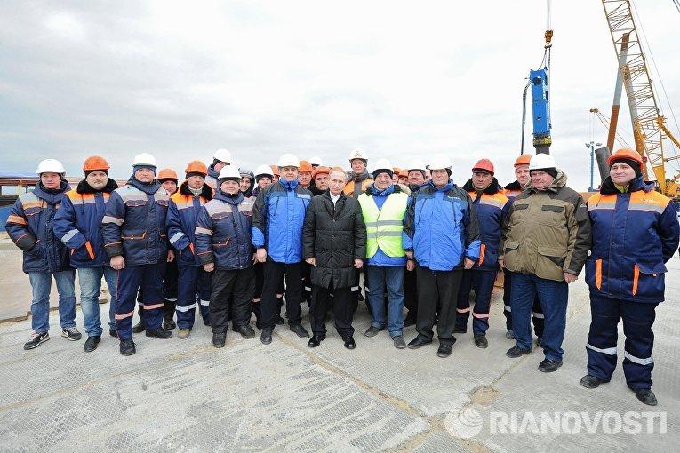 Президент России Владимир Путин с рабочими во время посещения строительной площадки транспортного перехода через Керченский пролив на острове Тузла