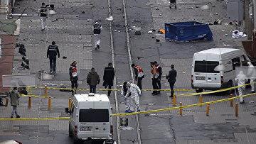 Сотрудники экстренных служб на месте взрыва на улице Истикляль в Стамбуле. Архивное фото