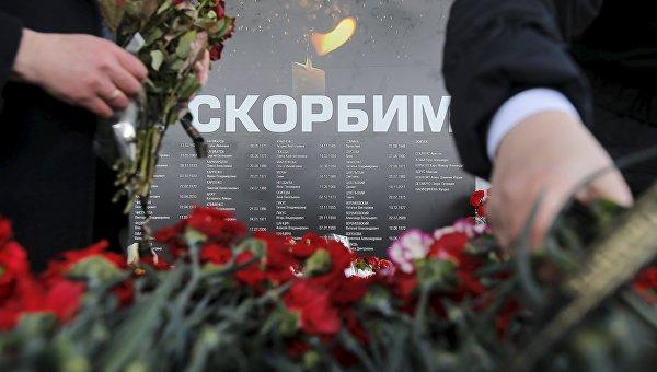 Цветы и свечи в память о жертвах авиакатастрофы самолета Boeing-737-800 в Ростове-на-Дону. Архивное фото