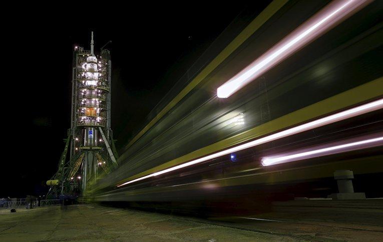 Установка ракеты-носителя Союз-ФГ с пилотируемым кораблем Союз ТМА-20М на стартовый стол первой Гагаринской стартовой площадки космодрома Байконур