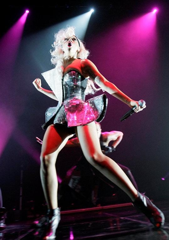 Певица Леди Гага выступает на своем концерте в Сеуле, Южная Корея, 2009 год