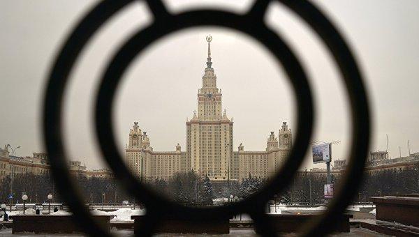 Главное здание Московского государственного университета имени М.В. Ломоносова на Воробьевых горах в Москве. Архивное фото