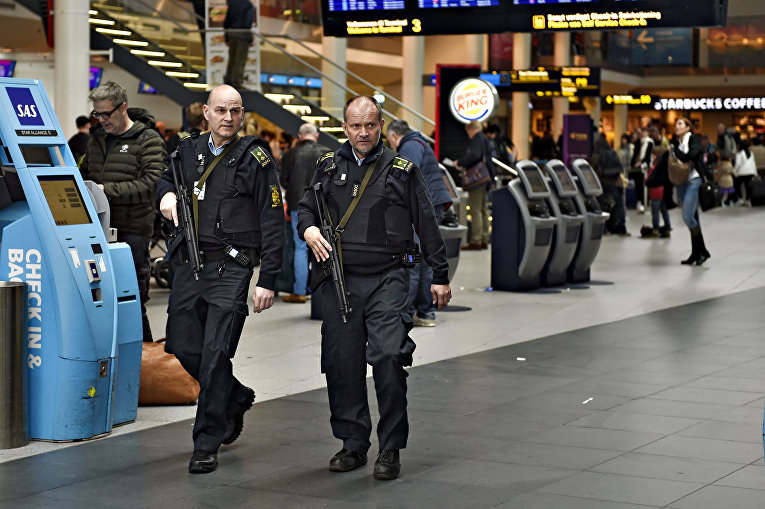 Сотрудники полиции в аэропорту Копенгагена, Дания