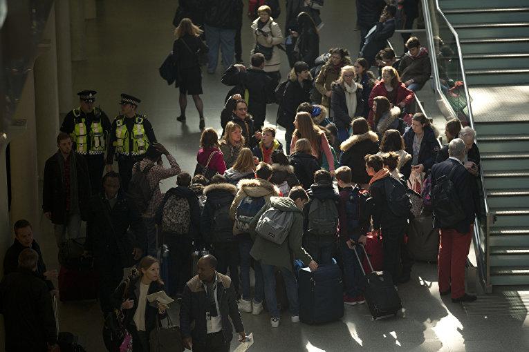 Сотрудники полиции на вокзале Сент-Панкрас, Лондон