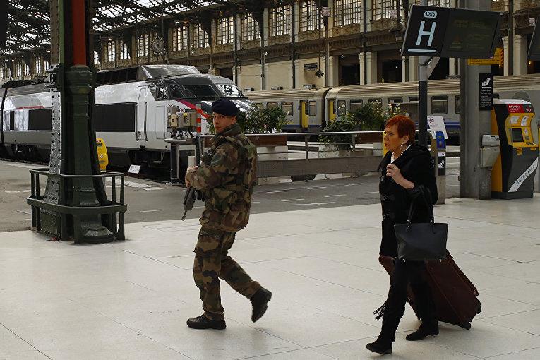 Сотрудник полиции на Лионском вокзале в Париже