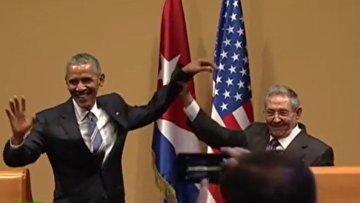 Рауль Кастро не дал Бараку Обаме похлопать себя по плечу. ВИДЕО