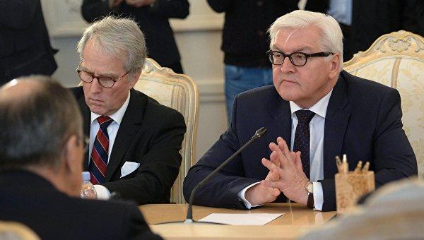 Министр иностранных дел России Германии Франк-Вальтер Штайнмайер на встрече с министром иностранных дел России Сергеем Лавровым в Москве