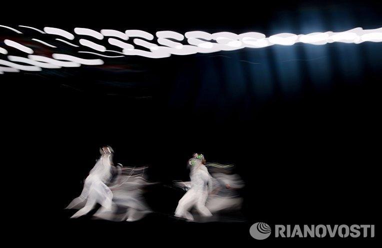 Софья Великая (Россия) и Анна Мартон (Венгрия) в поединке на соревнованиях среди женщин по фехтованию на саблях на чемпионате мира в Москве