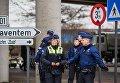 Полицейские обеспечивают безопасность в аэропорту Завентем в Брюсселе, где 22 марта произошел взрыв