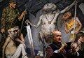"""Посетитель у картины """"Триумфатор"""" художника Гелия Коржева на ретроспективной выставке его работ в Государственной Третьяковской галерее"""
