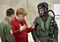 Канцлер Германии Ангела Меркель с пилотами во время своего визита на базу ВВС Германии