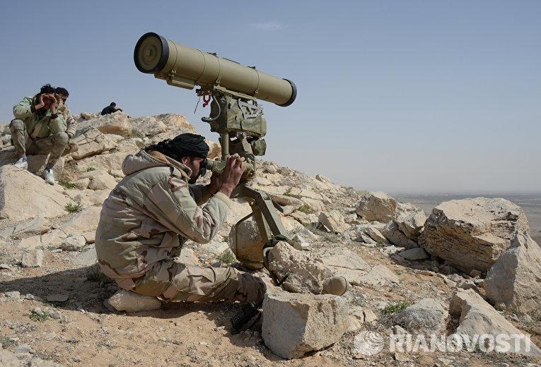 Бойцы отряда народного ополчения Соколы пустыни на огневой позиции в районе сирийского города Пальмира