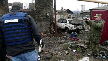 Мужчины на территории жилого дома, поврежденной в результате обстрела украинскими силовиками, в Макеевке. Архивное фото
