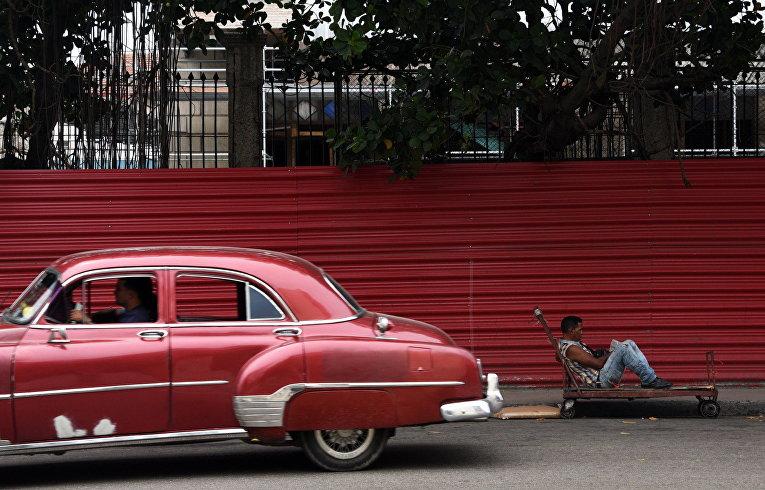 Классический американский автомобиль на улице Гаваны, Куба