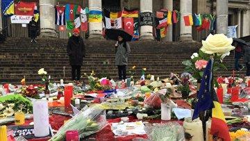 Цветы возле метро в Брюсселе, где был совершен теракт. 25 марта 2016