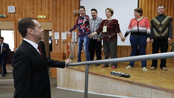 Председатель правительства РФ Дмитрий Медведев во время посещения Центра социальной реабилитации инвалидов в Санкт-Петербурге. 25 марта 2016