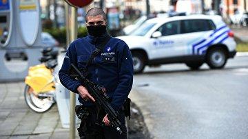 Сотрудник полиции Бельгии во время спецоперации в Скарбеке. 25 марта 2016